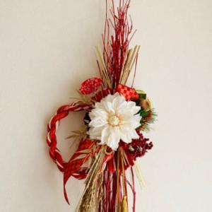 赤色と金色のおめでたいお正月飾り