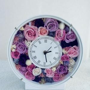 エレガントな花時計とナチュラルスワッグ