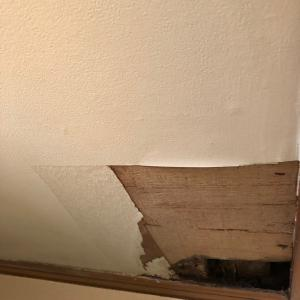 壁に穴が・・・