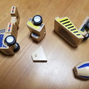 木の車のおもちゃ修理