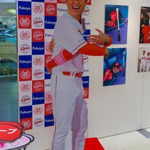福屋広島駅前店で『カープ選手等身大写真パネル展』開催、11月21日~27日・新井さんの抱きつきパネルも