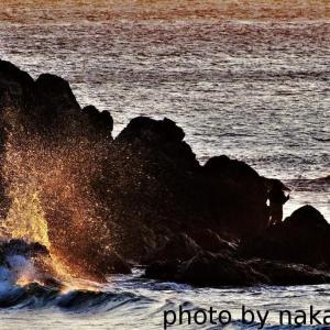 朝焼けの波