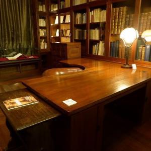 天井までの圧巻の書棚と丸い椅子の書斎♪ フランス文学者・鈴木信太郎記念館♪