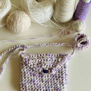 編み物を見守る猫