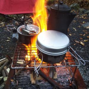 朝から焚き火で調理です
