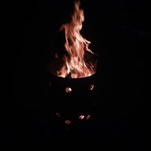 焚き火しています