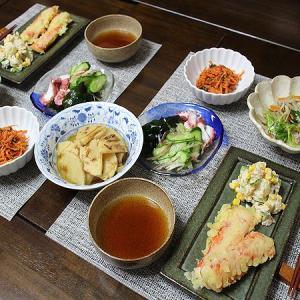 ジャンボかにかまの天ぷらとおかず盛りだくさん