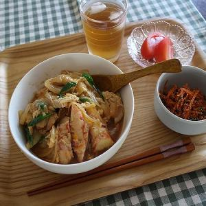 お昼ご飯は親子丼+かにかまの天ぷらをのせて♪