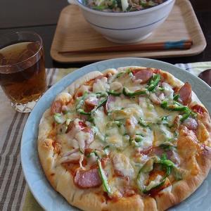 今日のランチはラーメンとピザ