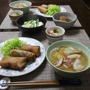 春巻きと中華スープの食卓