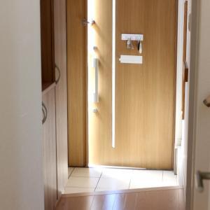 わが家の狭い玄関。ダイソーの超コンパクトな便利グッズで、狭くても片付く仕組みができました!
