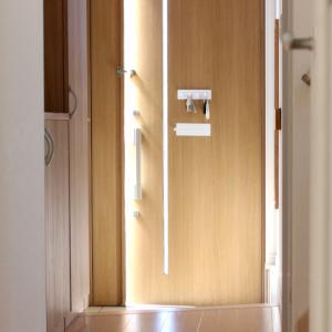 わが家の狭い玄関。セリアの超コンパクトな便利グッズで、狭くても片付く仕組みができました!