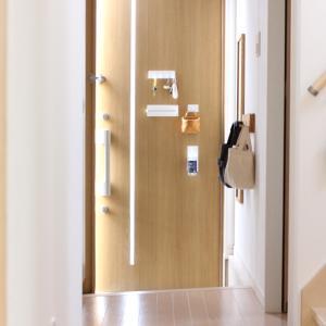 わが家の狭い玄関。セリアと便利グッズで広く使えて & 狭くても片付く仕組みができました!