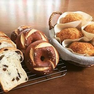 スーパーカメリアでレーズン食パン、カレーパン、プレッツェルベーグル