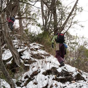 薄雪の万仏山 晩秋の北信濃 里山を登る