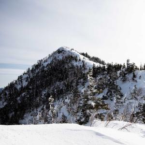 四阿山(あづま高原) 北アルプスと浅間山を眺める雪の登山道