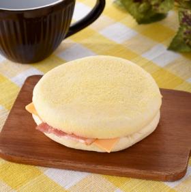 【ファミリーマート】もっちり食感マフィンベーコン&チーズ