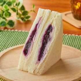 【ファミリーマート】ブルーベリーとレアチーズクリームのサンド