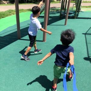 真夏の公園遊びは大変…だけど楽しそう