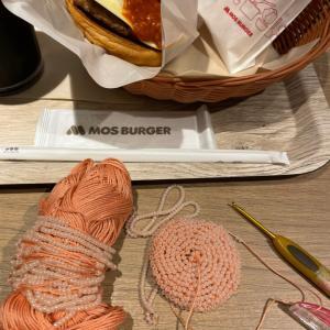 モスバーガーで編み物