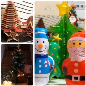 クリスマスグッズたくさん飾って お待ちしてます
