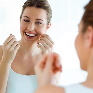 歯間ブラシとデンタルフロスの使い方