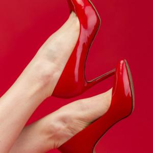 靴やパンプスで かかとが脱げてパカパカ浮く 足は変えられる!