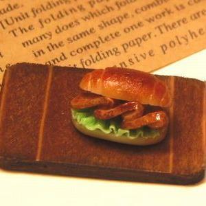 ミニチュアフード ロールパンサンドイッチ 焼き豚とカツ