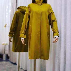 オリーブグリーンのコート