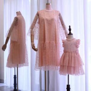 ロマンティックなピンクの透けドット親子お揃いドレス