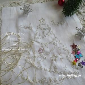 刺繍のクリスマスツリー、そして赤い花の正体は・・・