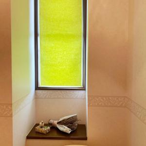 お手洗いの窓にダイソーの包装紙でシェード作り!