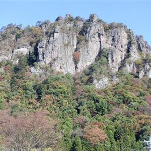 東吾妻町 蜜岩通りから秋の岩櫃山     Mount Iwabitsu in Higashiagatsuma, Gunma