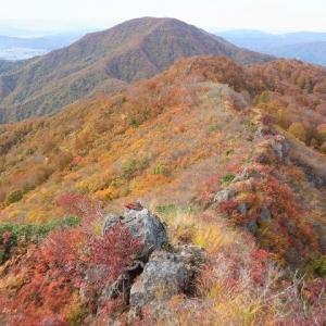魚沼市 紅葉ハイキング in 唐松山 越後の燃える紅葉と猫岩で遊ぶ     Mount Karamatsu in Uonuma, Niigata