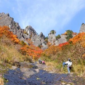 阿賀町 400mの大スラブを登る御前ヶ遊窟     Mount Gozengayukutsu in Aga, Niigata