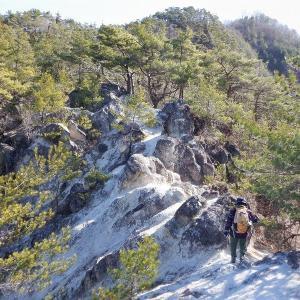 甲斐 淡雪山の露岩と甲府盆地を見下ろす興因寺山     Mount Kōingi in Chichibu Tama Kai National Park