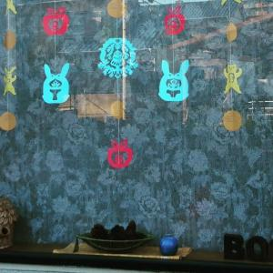窓にはうさぎとくまの紙かざり。どんぐり、かぼちゃ、まつぼっくりと、秋の絵本が並んでいます。