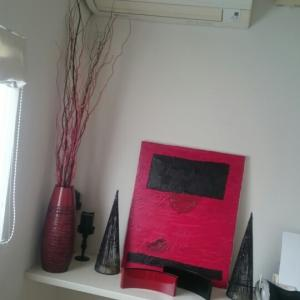 ダイニング…電話台のコーデは赤と黒で♪