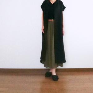 【50代ファッション】着画★黒のロングワンピースとカーキのスカートをあわせたコーデ♪