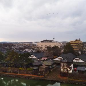 山居倉庫の上を白鳥が飛ぶ朝[山形県酒田市・2019/12/10]