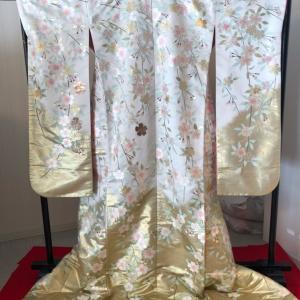 白地に桜柄の色打掛は、春の結婚式におススメ♩