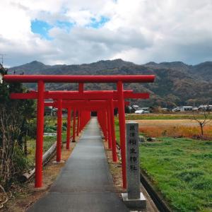 【2020 運気アップの旅】鳥居と社殿の間を一畑電車が走る粟津稲生神社