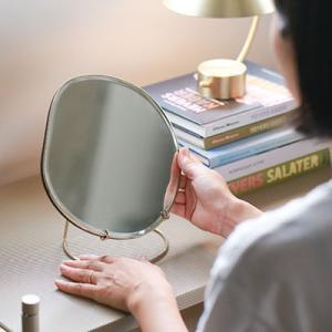 池みたいな形の鏡