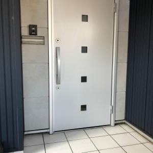 汚れが簡単に落ちる!玄関の白いタイルの救世主、と新調した玄関マット