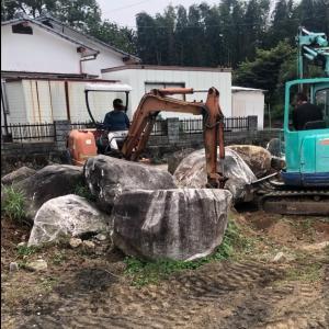 デッカイ石を撤去して薪壁