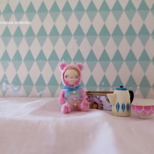 ピンクとベージュの着ぐるみの子たち