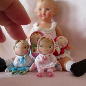 おきあがりこぼしと赤ちゃん人形