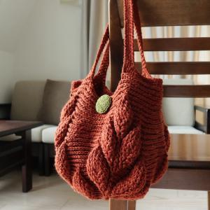 引き上げ編みのリーフ柄のバッグが完成しました