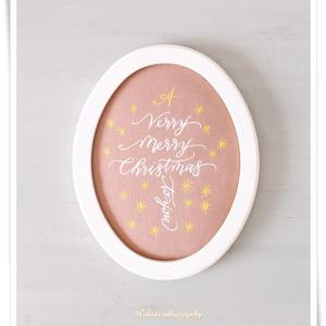 布に書いたモダンカリグラフィーのホワイトクリスマスツリー作品