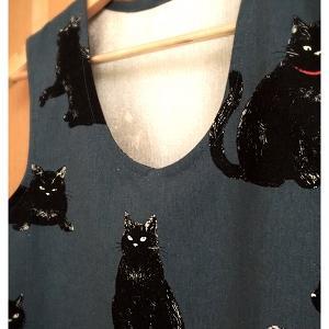黒猫柄の袖無しチュニック:その2
